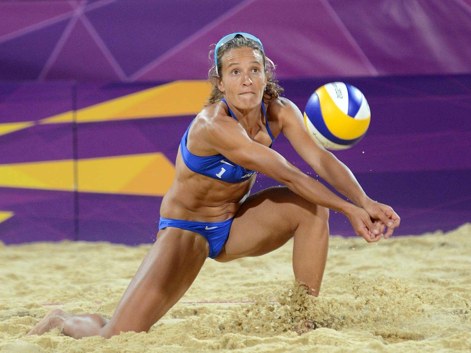 Телка на волейболе, Девчонки устроили обнаженный волейбол на пляже 18 фотография
