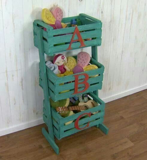 Organizador de juguetes hecho con cajones de fruta.  673353a055d3