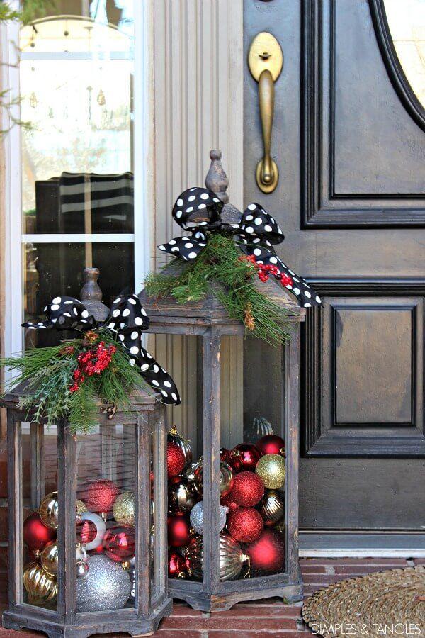 DIY Türdeko - Weihnachtslaterne mit Weihnachtskugeln und Lichterketten ...   - Gartendeko - #DIY #Gartendeko #Lichterketten #mit #Türdeko #und #Weihnachtskugeln #Weihnachtslaterne #weihnachtendekorationdraussengarten