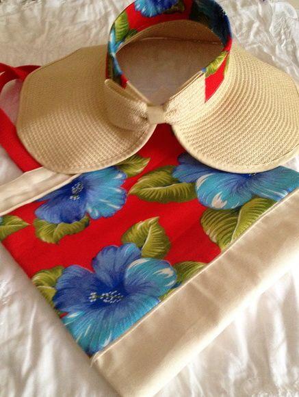 Bolsa em algodão cru com aplicação em chita + viseira também com detalhe em  chita e charmosa aba natural. Viseira dobrável f3cce9595eb