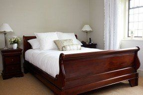 How to style with premium mahogany bedroom furniture - Designalls