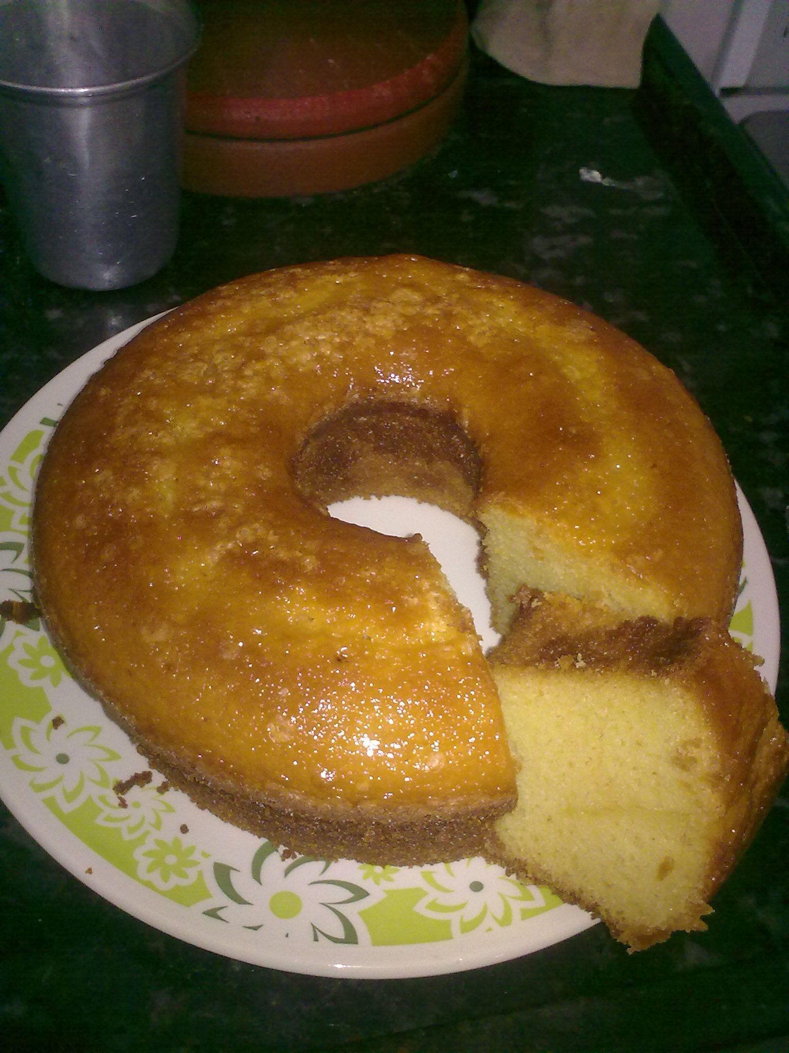 1 caneca cheia de farinha de arroz (caneca equivale a 2 xícaras de chá bem cheias)  - 1 caneca cheia de açúcar  - 3 ovos  - 1/2 copo de óleo  - 250 ml de suco concentrado de laranja maguary  - 1 colher de sopa de fermento  -