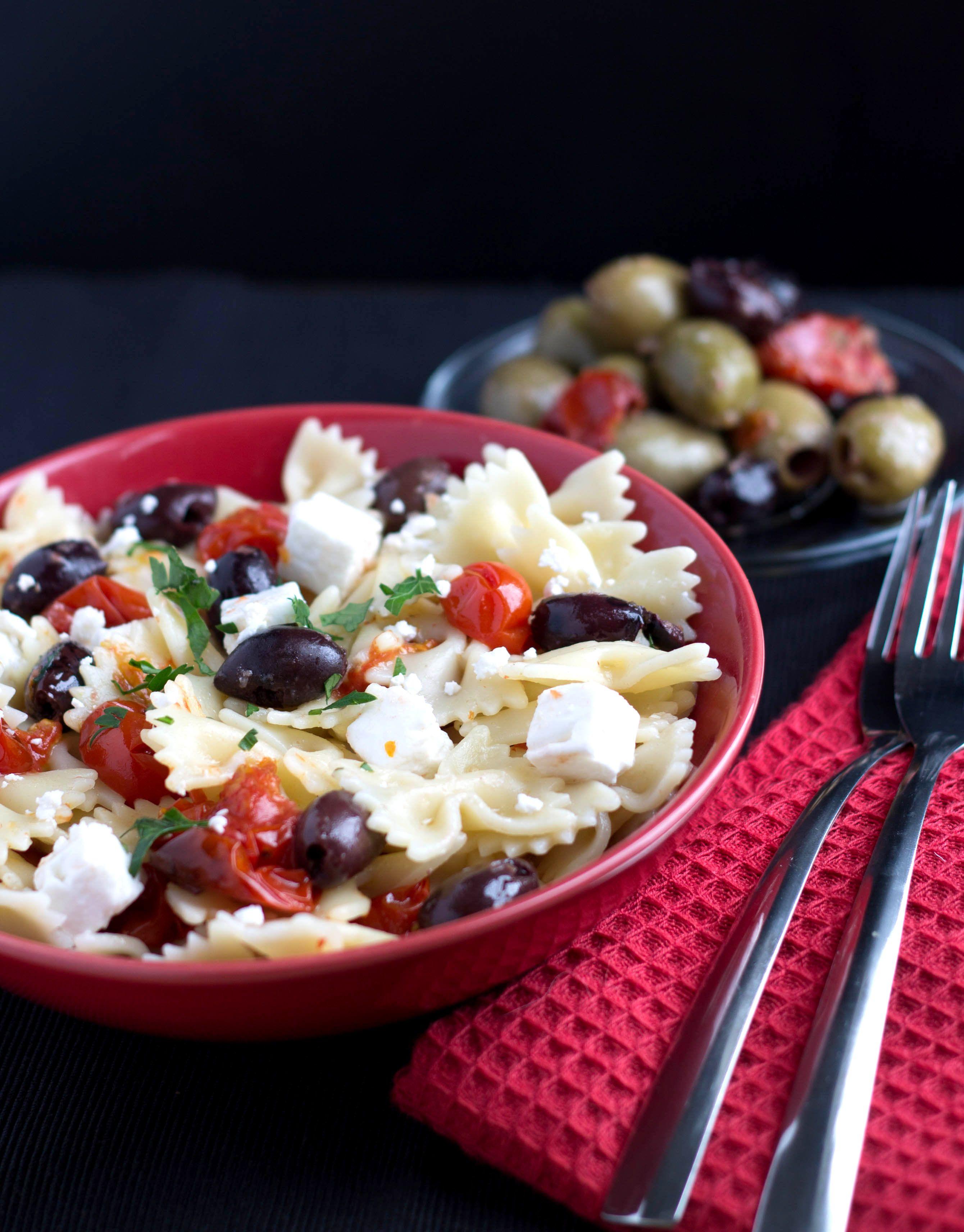Pasta Quick & Easy com tomates, feta e azeitonas - Este prato traz grande sabor com tomates assados doces que são o contraste perfeito com o salgado do feta e azeitonas!
