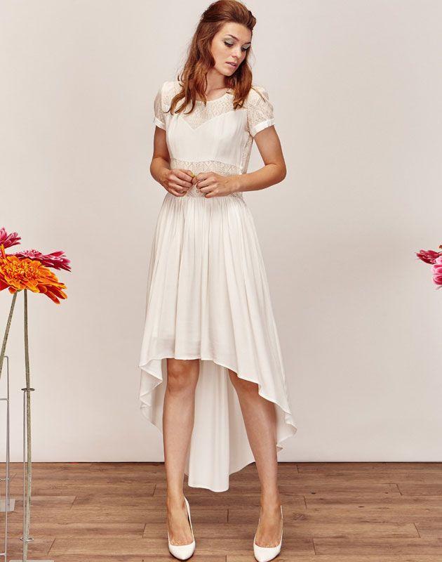 e3dd9852ef6 Robe de mariée asymétrique fluide et moderne courte devant et longue dans  le dos avec un jeu d empiècement de dentelle et de soie et de délicates  manches ...