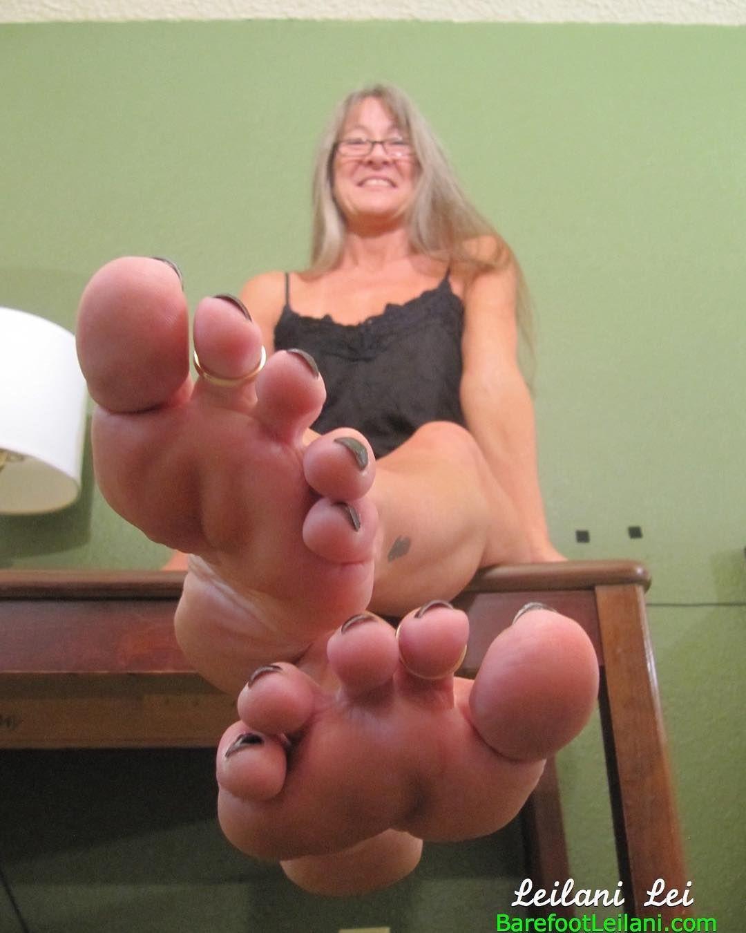 Milf evon red toenails