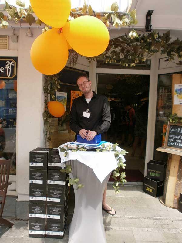 Daniel, der Behüter der Getränke Oase in Schwabing, einer weiteren ...
