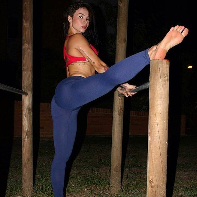 Hot girl yoga pants soles of feet foto 992