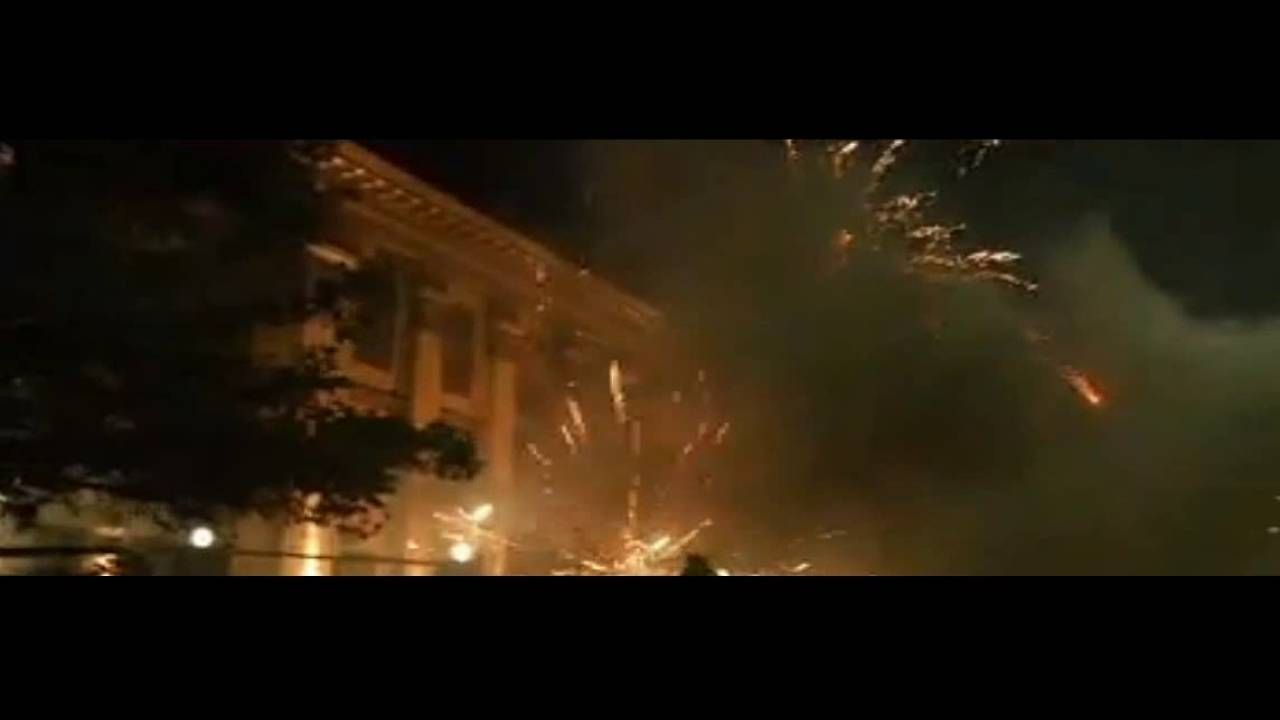 Радикалы обстреляли из салютной установки посольство России в Киеве https://youtu.be/FLESIZVR2ts
