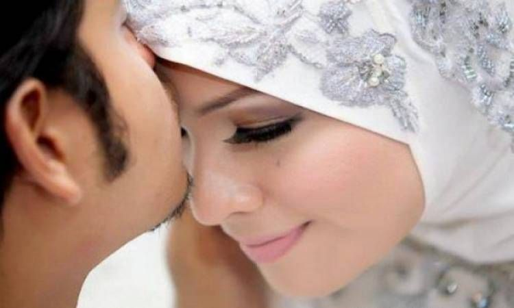 تفسير تقبيل الزوج المتوفي لزوجته في المنام لابن سيرين In 2021 Muslim Wedding Islamic Wedding Wedding Styles