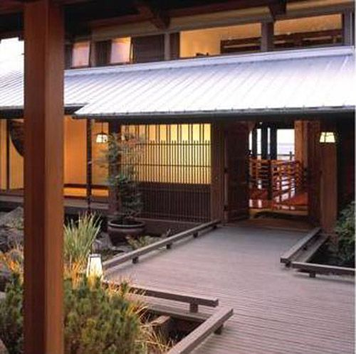 Traditional Japanese Home Decor: A Break In The House In The Center With A Garden