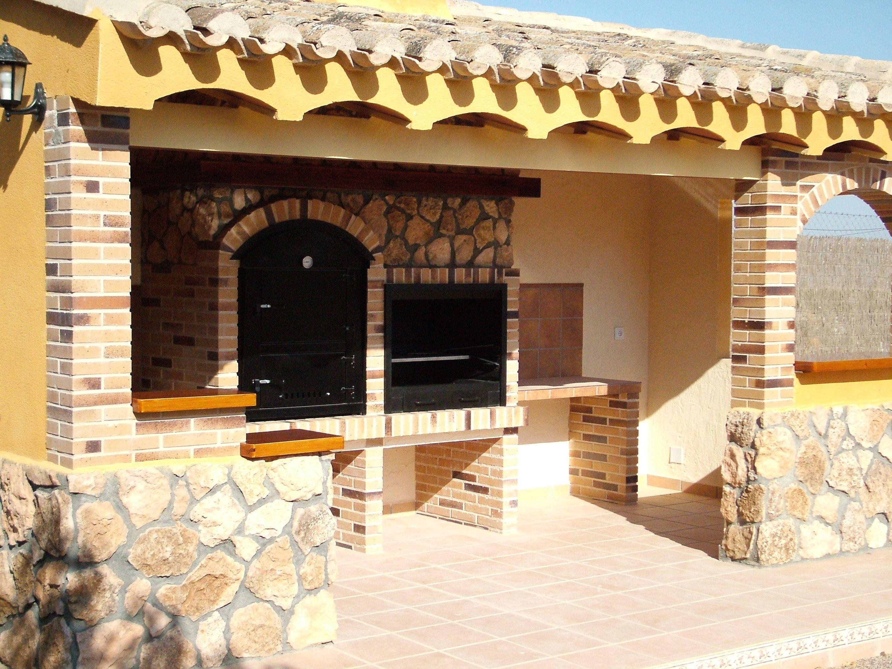 De ladrillo y piedra con tejado de teja barbacoas for Piedras para patios exteriores