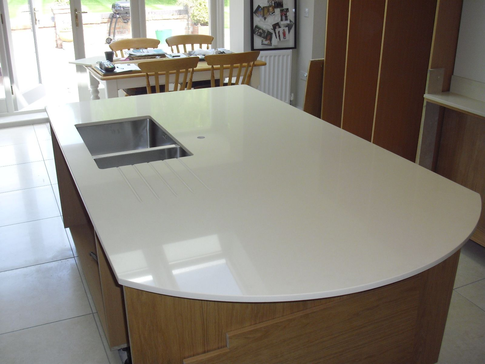 Curved Island worktop in Ivory quartz by Caesarstone