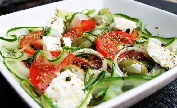 Conheça várias formas de combinações de ingredientes para incrementar sua salada e deixá-la muito mais saborosa. - Veja mais em: http://vilamulher.com.br/receitas/entradas/10-saladas-diferentes-para-voce-nao-fugir-da-dieta-12314.html?pinterest-destaque