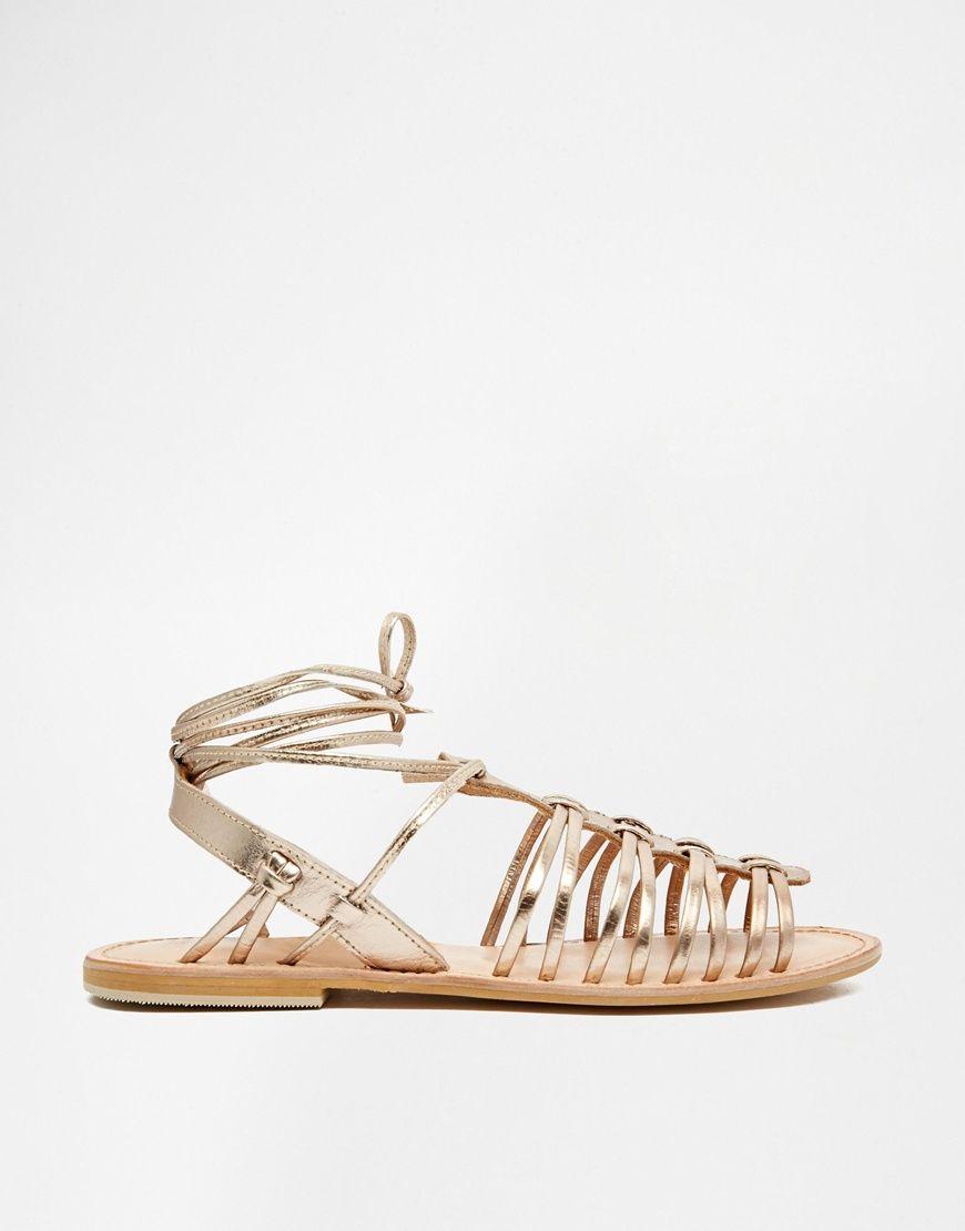 Las sandalias planas son indispensables en verano, ya que podemos llevar los pies descubiertos, sexys y cómodos.  Sandalias estilo gladiador de cuero FUNNEL WEB de ASOS: