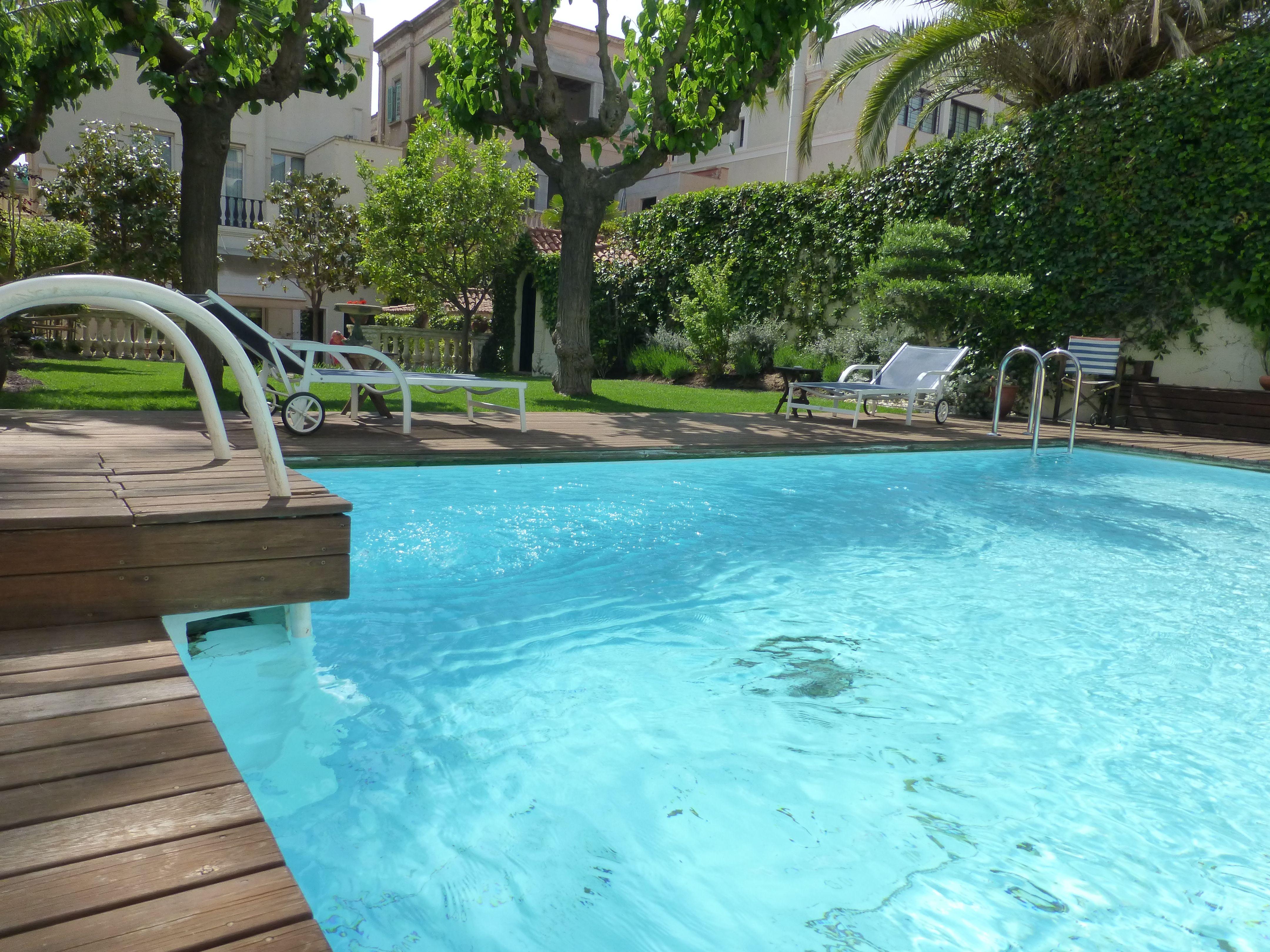 Decoracion de jardines y piscinas jardn pequeo y tropical for Ideas piscinas jardin