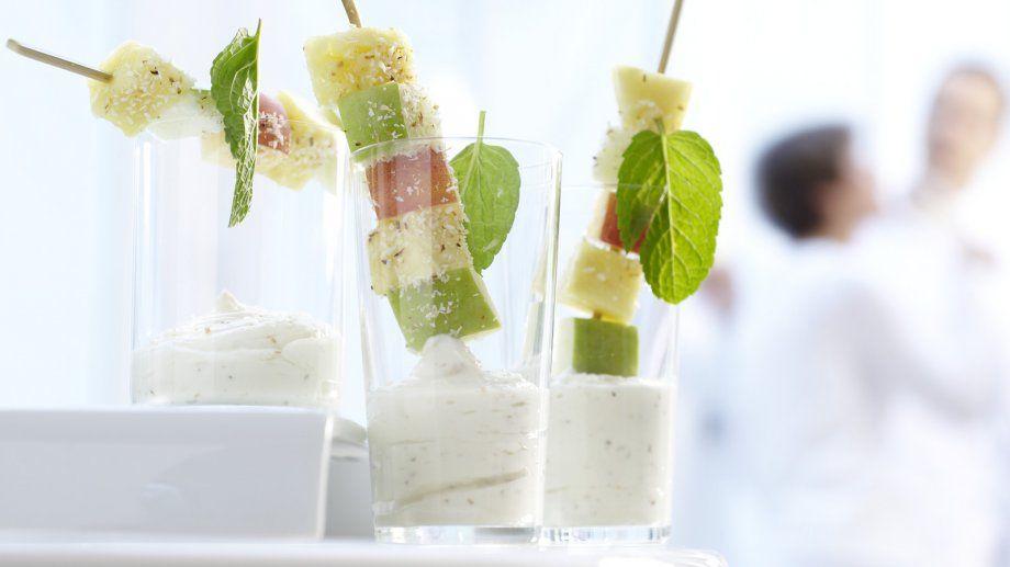 Gar nicht spießig: Obstspieße mit Kokos-Joghurt | http://eatsmarter.de/rezepte/obstspiesse
