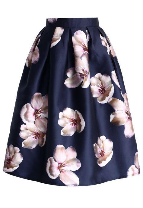 Photo of Her er et formelt og blått skjørt, med mange rosa blomster. Skjørtet er ikke lenge …