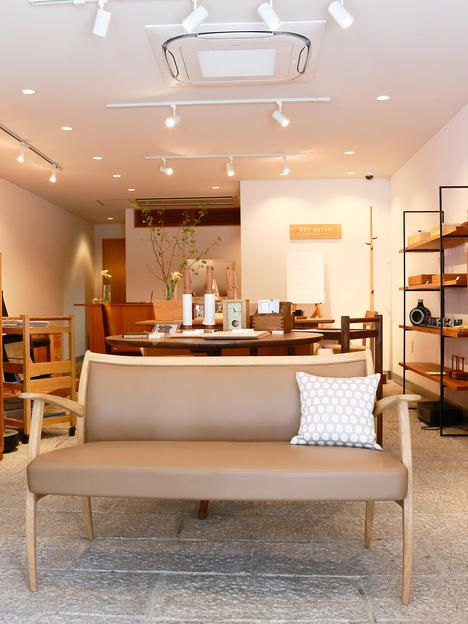 店内の中央にあるのは、「LST BOTAN」を代表する家具のひとつ、2Pソファ。なめらかに削り出されたアーム、脚のカーブが美しい。小ぶりなので置く場所を選ばない。168,000円。