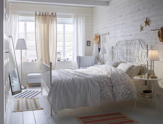 Petite Chambre à Coucher Blanche Meublée Avec Un Lit Double - Lit double pour petite chambre