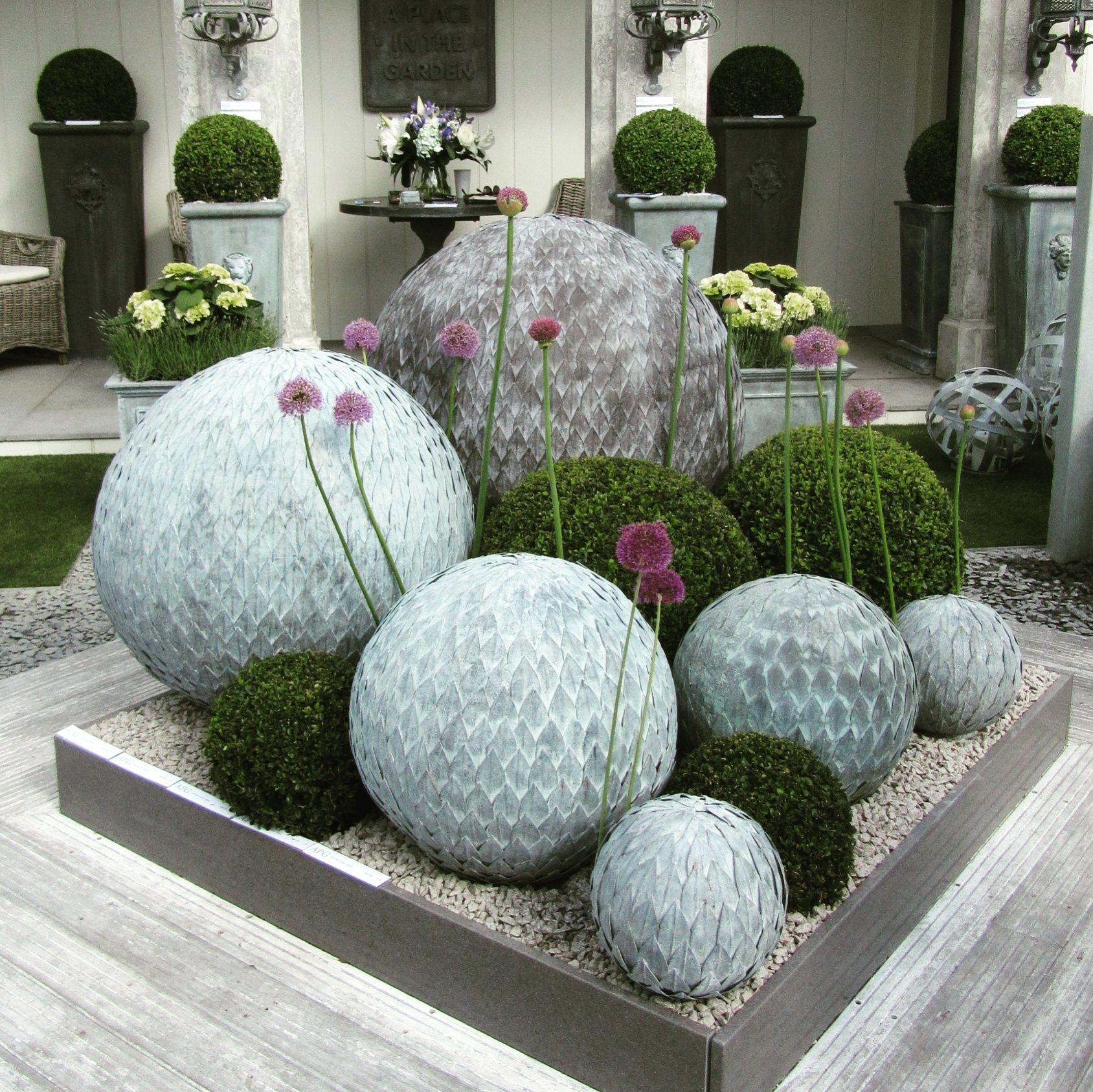 менее насыщенная цветники с камнями и шарами фото каждой