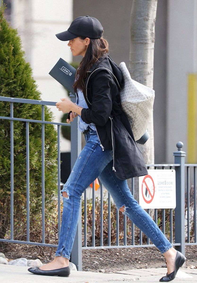 9e587df92 Meghan headed to a yoga class in Toronto – perhaps allowing some time for a  certain