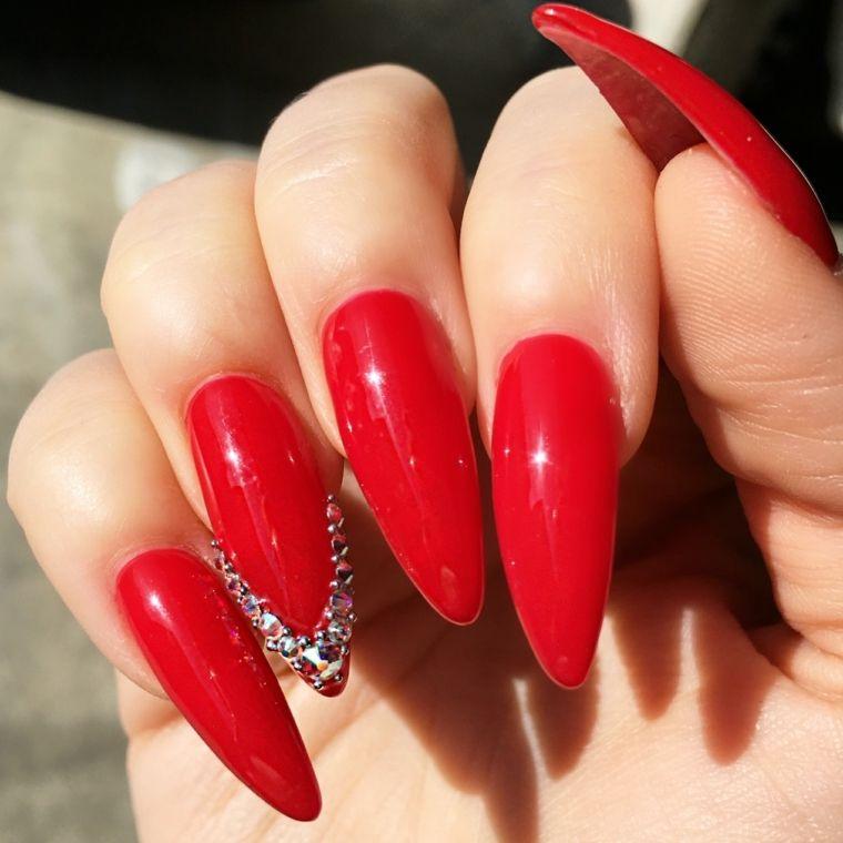 unghie rosse gel, una manicure a stiletto con dei glittert applicati a v  sull\u0027anulare