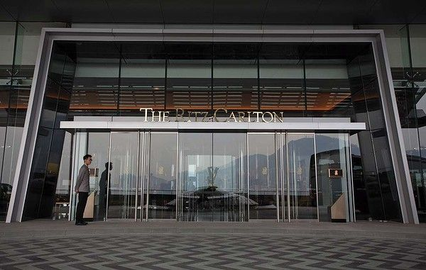 The ritz carlton hotel entrance west kowloon entrance for Hotel entrance door designs