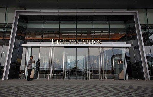The ritz carlton hotel entrance west kowloon entrance for Hotel entrance decor