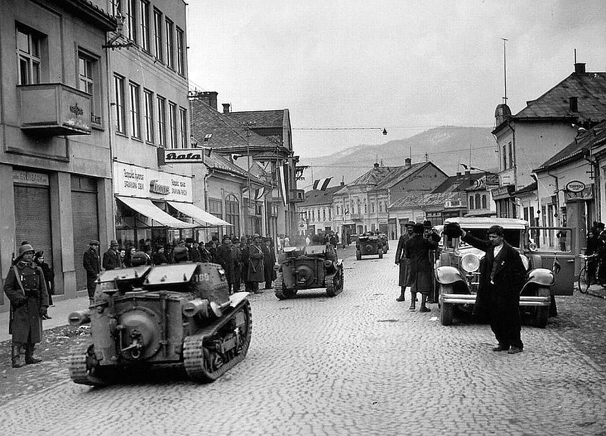 Hungarian tankettes occupy Czech town of Hust