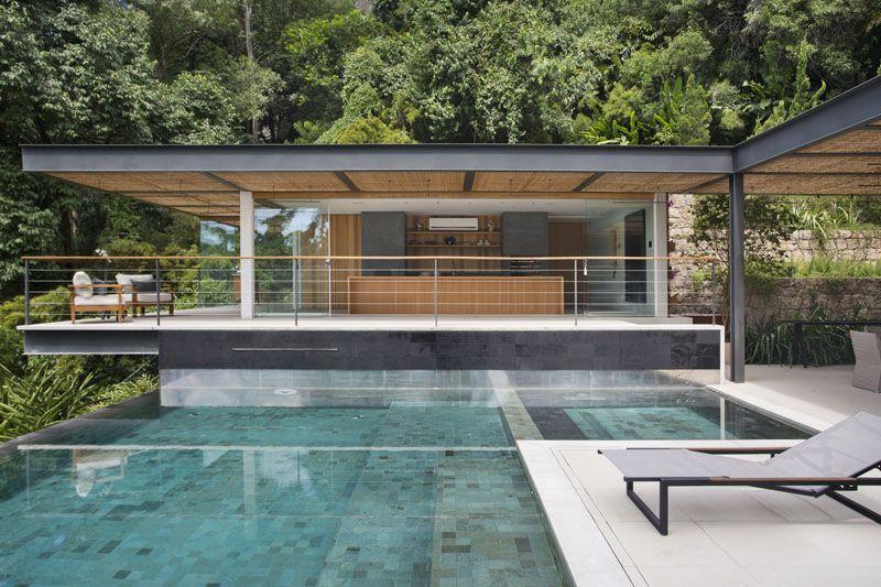 Piscine à débordement cuisine dété couverte et vue spectaculaire une pool