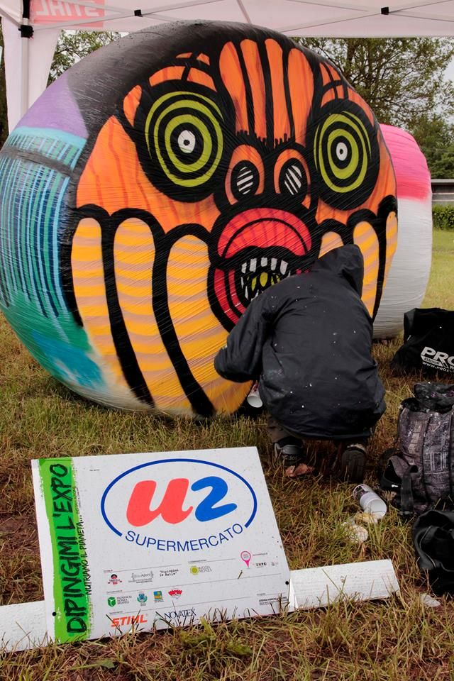"""At the #ReggiaDiMonza 30 bales of hay made a huge #ExpoMilano2015 logo and were covered with colorful #graffiti by 30 #writers. It's the """"Dipingimi l'Expo"""" #PaintMeTheExpo event which took place during the 2013 #ExpoDays by #Expo2015"""