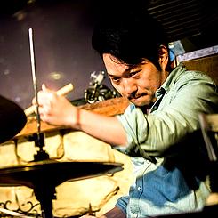こんにちは!ガクヤミュージックスクールに新しく ドラムの先生が加わりました! ジャズドラマーの 崎田治孝(さきたはるたか)先生です! 全国各地で演奏活動をしている気さくな先生です^^/ 宜しくお願いしますm(_ _)m