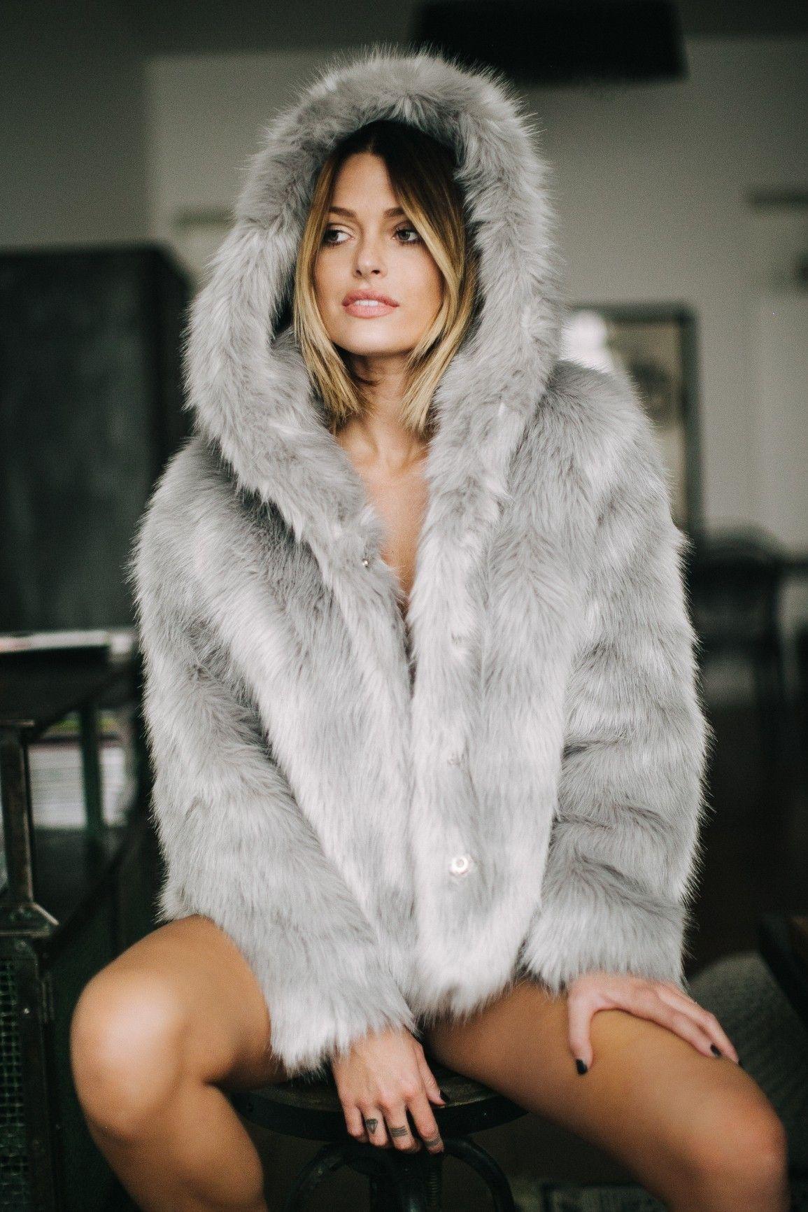 3421ba330b4a9 Missguided - Manteau en fausse fourrure grise à capuche Caroline Receveur