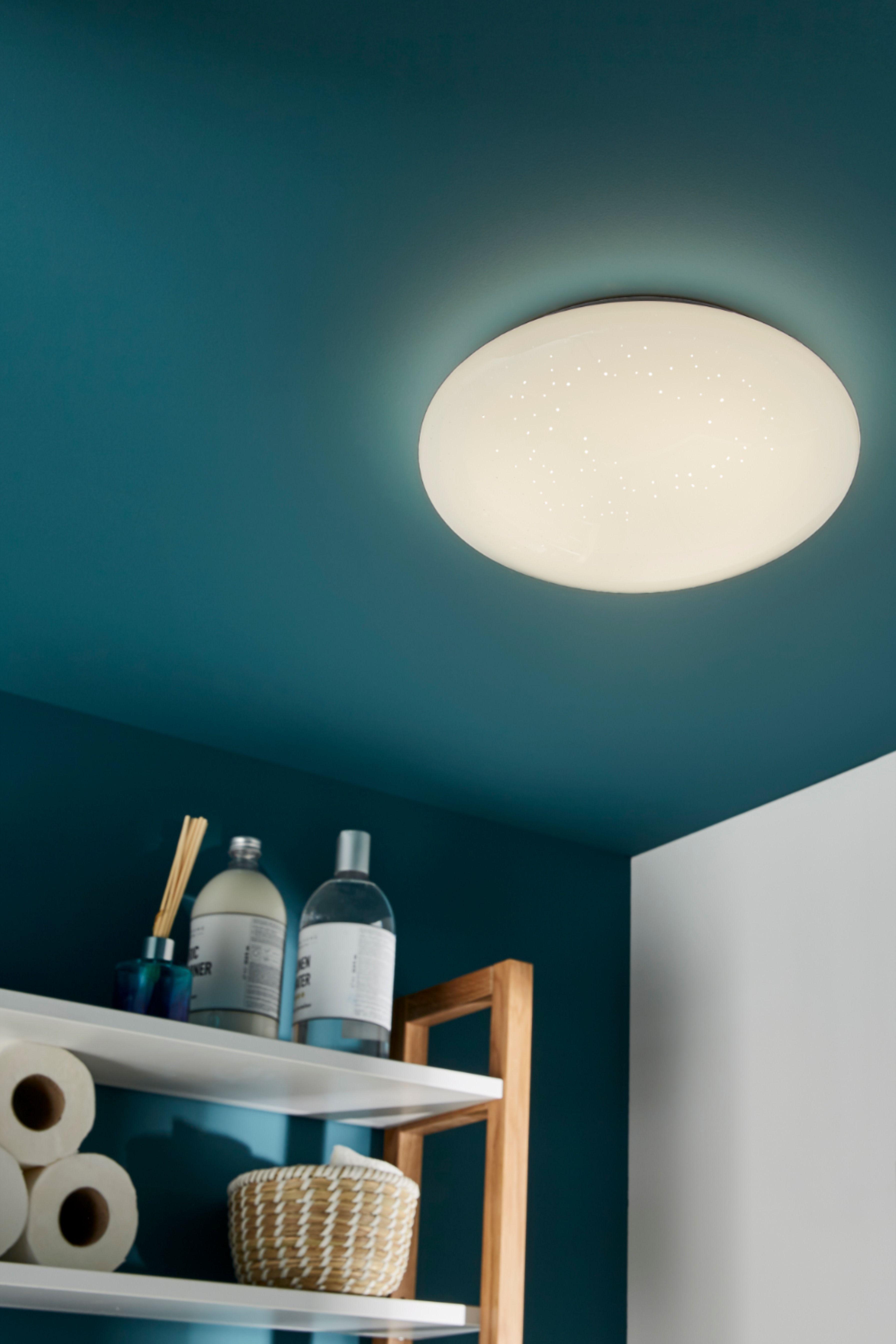 Un Plafonnier Led Ideal Pour La Salle De Bains Idee Deco On Peint Un Mur Et Le Plafond En Bleu Ca Plafonnier Led Design Plafonnier Led Couleur Salle De Bain