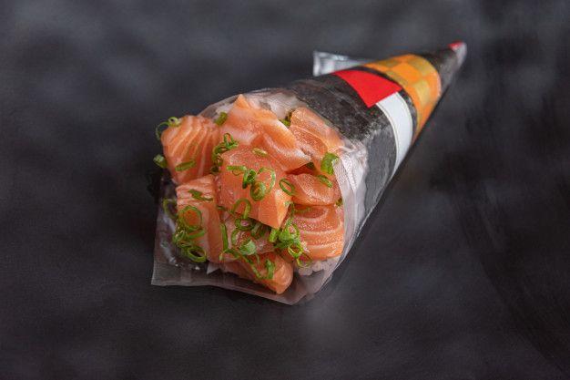 Temaki delicioso e bonito em cima da mes... | Premium Photo #Freepik #photo #alimento