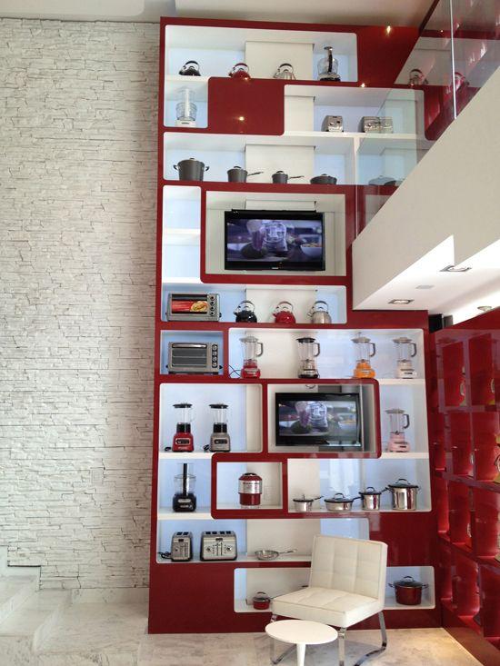 El nuevo rostro de Kitchen Aid. Para implementar el diseño del showroom de Kitchen Aid en Polanco los directores de este nuevo espacio se apoyaron en la experiencia y sólido equipo de ARCO Arquitectura Contemporánea para llevar a cabo la construcción y supervisión de la obra en la Ciudad de México. Esta nueva experiencia comercial fue un gran reto para el equipo de ARCO. http://www.podiomx.com/2013/11/el-nuevo-rostro-de-kitchen-aid.html