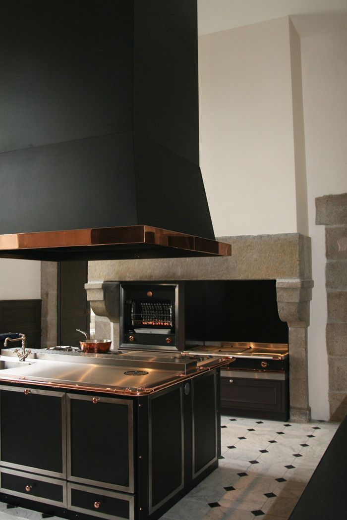 Une cuisine de malouinière dans le style La cornue - grande hotte ...