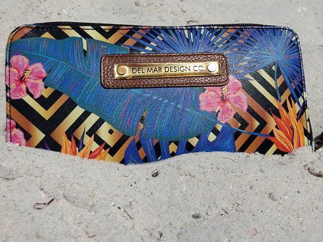 En el mar la vida es más sabrosa? Por supuesto que sí!!! #printedwallet #delmar #delmardesigncompany #florida #miami #summer #tropicalmood #sandiegoconnection #sdlocals #delmarlocals - posted by Del Mar Design Company https://www.instagram.com/delmardesignco. See more post on Del Mar at http://delmarlocals.com