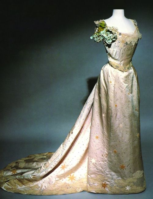 Worth evening dress ca. 1905. From the Museum of Decorative Arts.