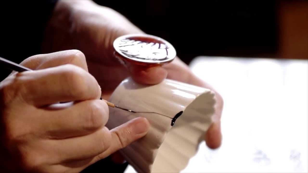 Kintsugi es una antigua técnica japonesa mediante la cual se reparan objetos de cerámica, con un barniz de resina del árbol de la laca rociado con polvo de o...