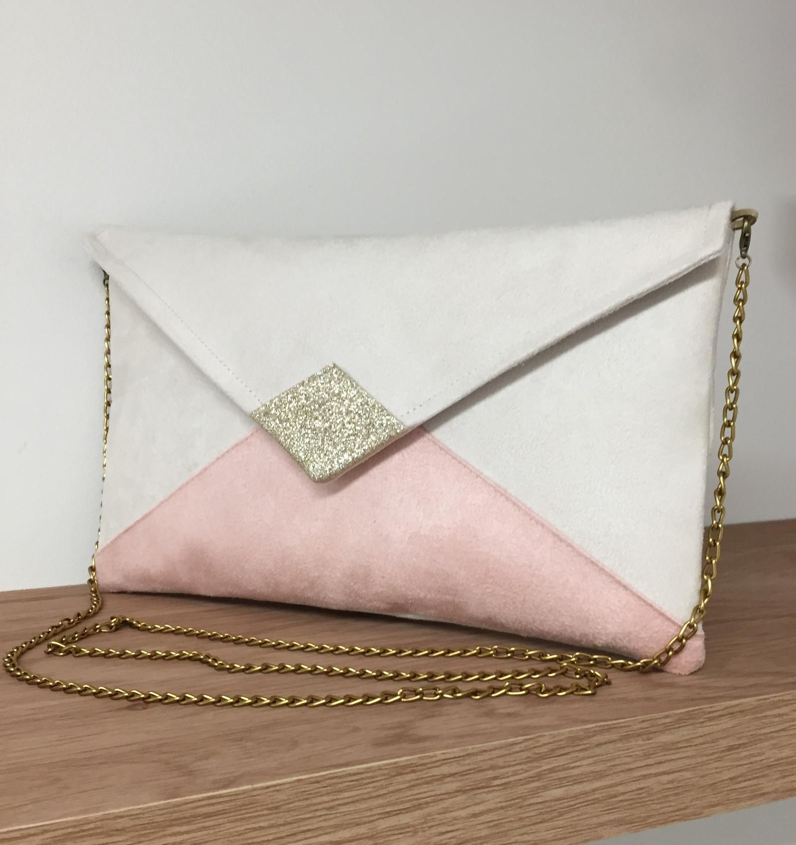 Pochette Mariage Ecru Et Rose Poudre A Paillettes Dorees Pochette Soiree Personnalisable En Suedine Et Paillettes Petit Sac Chainette In 2020 Diy Bag Handbag Bags