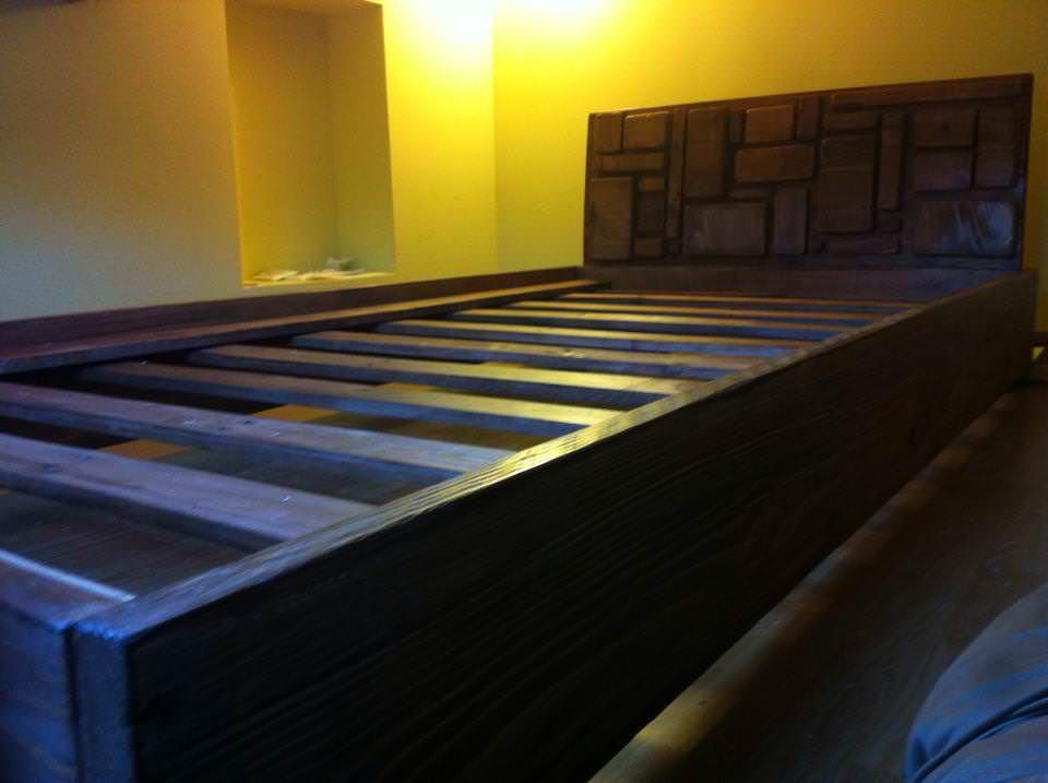 #Bedroom, #PalletBed, #RecycledPallet 3 pallets and a lot of reclaimed wood. 3 days of work to made it.   3 palettes et pas mal de récupération. 3 jours de travail pour le réaliser.