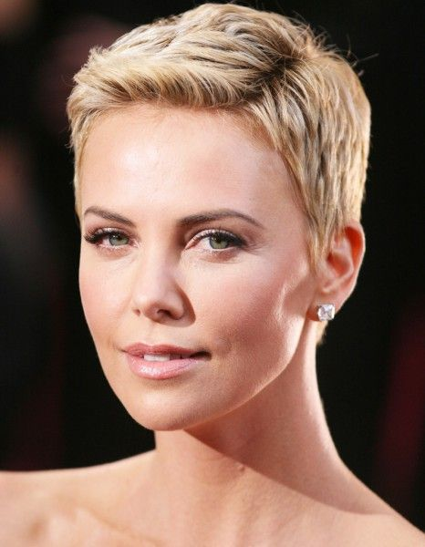 charlize theron avec une coupe pixie blonde coupe. Black Bedroom Furniture Sets. Home Design Ideas