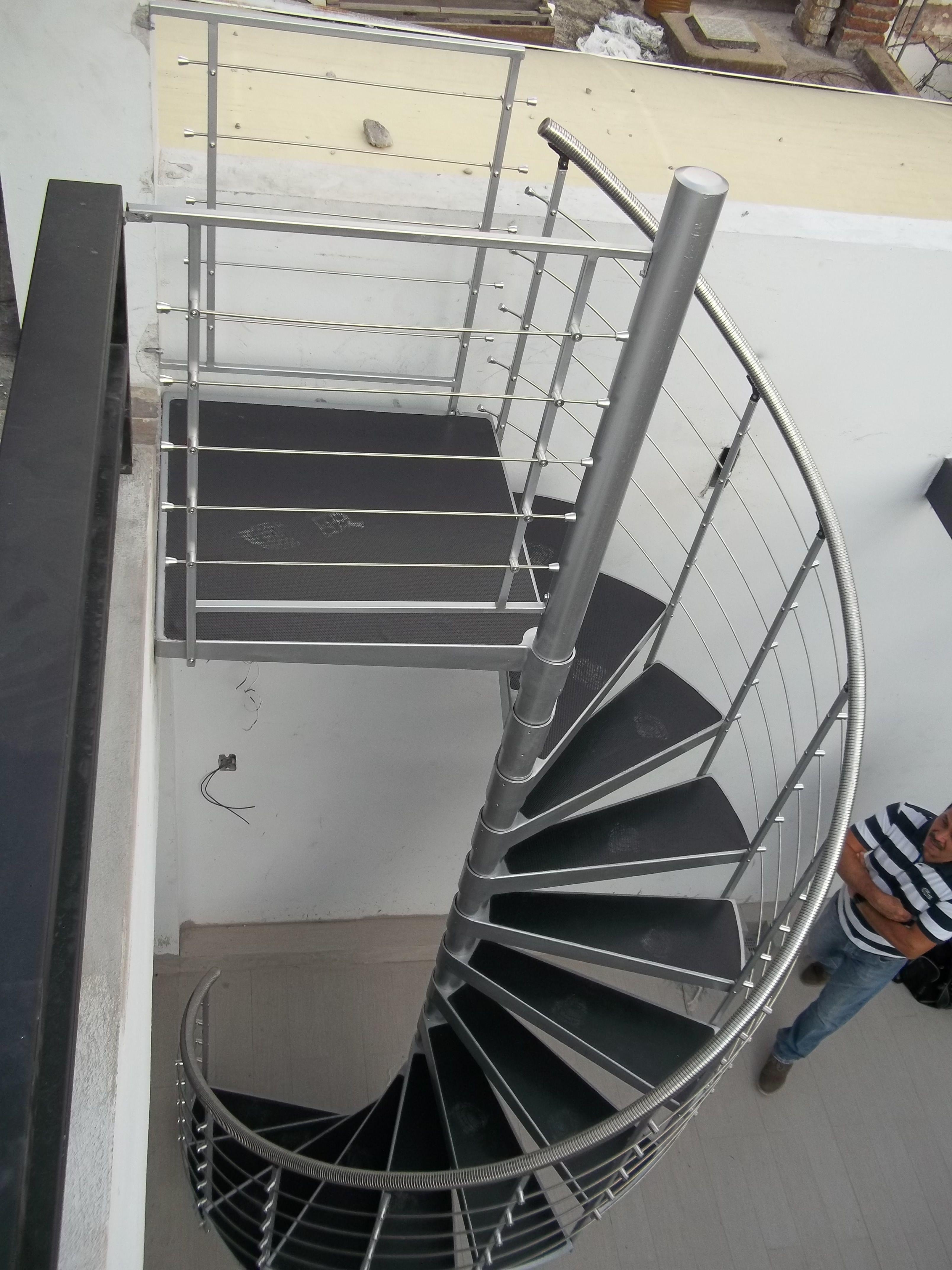 Escalera De Caracol Metálica Para Exterior Con Accesorios De Acero Inoxidable Y Huellas En Diseño De Escalera Barandales De Acero Inoxidable Escaleras Modernas