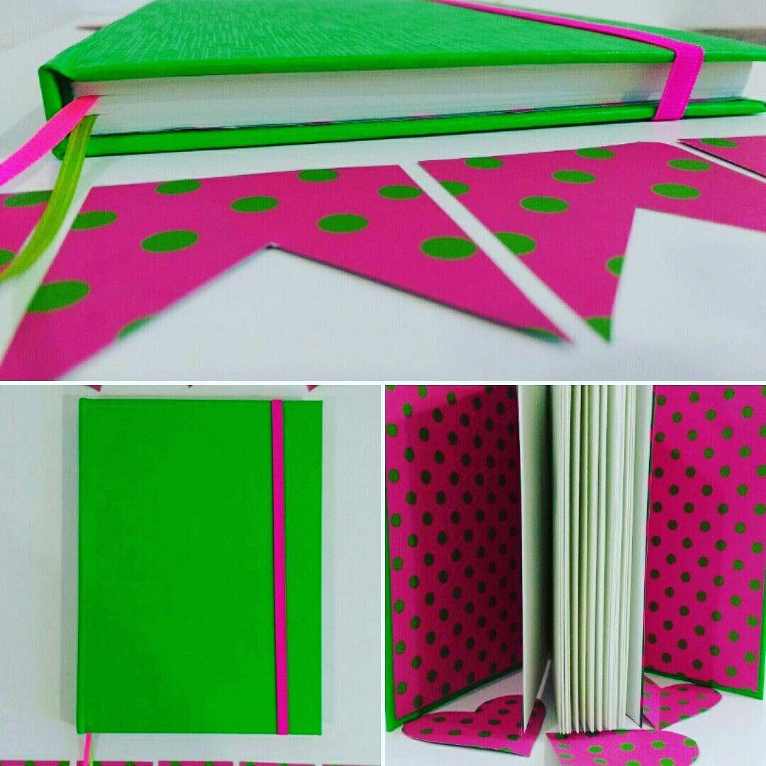 Cuaderno verde con rosa a lunares