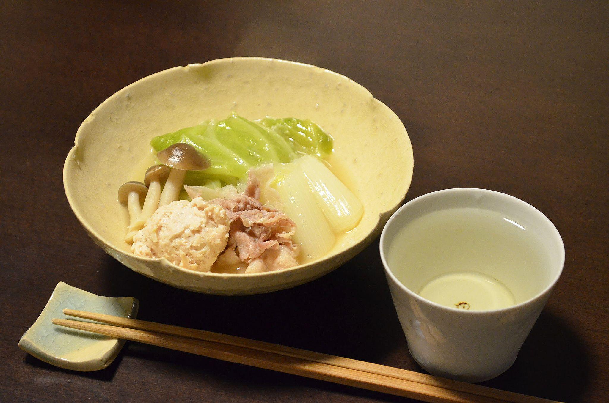 【お鍋】晴れのせいか、今日もとっても冷えた一日でした。どうしてもあたたかいものが食べたくなって、今日はしょうゆとんこつ鍋であたたまりました。白菜ではなくキャベツというのがもつ鍋っぽくてうれしいのです。今日のお酒は、神奈川・熊澤酒造の「天青・吟望」防空壕貯蔵です。