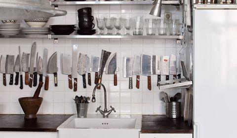 Una cocina en blanco llena de arte y objetos