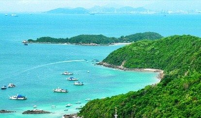 When going to Pattaya Thailand (Chonburi Province), there is an interesting island recommended by most visitors. It is the island, named Koh Larn (Ko Lan). This Koh Larn is not far from Pattaya City, only approximately 7.5 Kilometers, as visitors can see the island from Pattaya Beach.  In other words. It is worthy to spend a little time and a little money on a ferry to see this tourist attraction of Pattaya. There are also two small islands, Koh Krok, and Koh Sak, near Koh Larn as well.