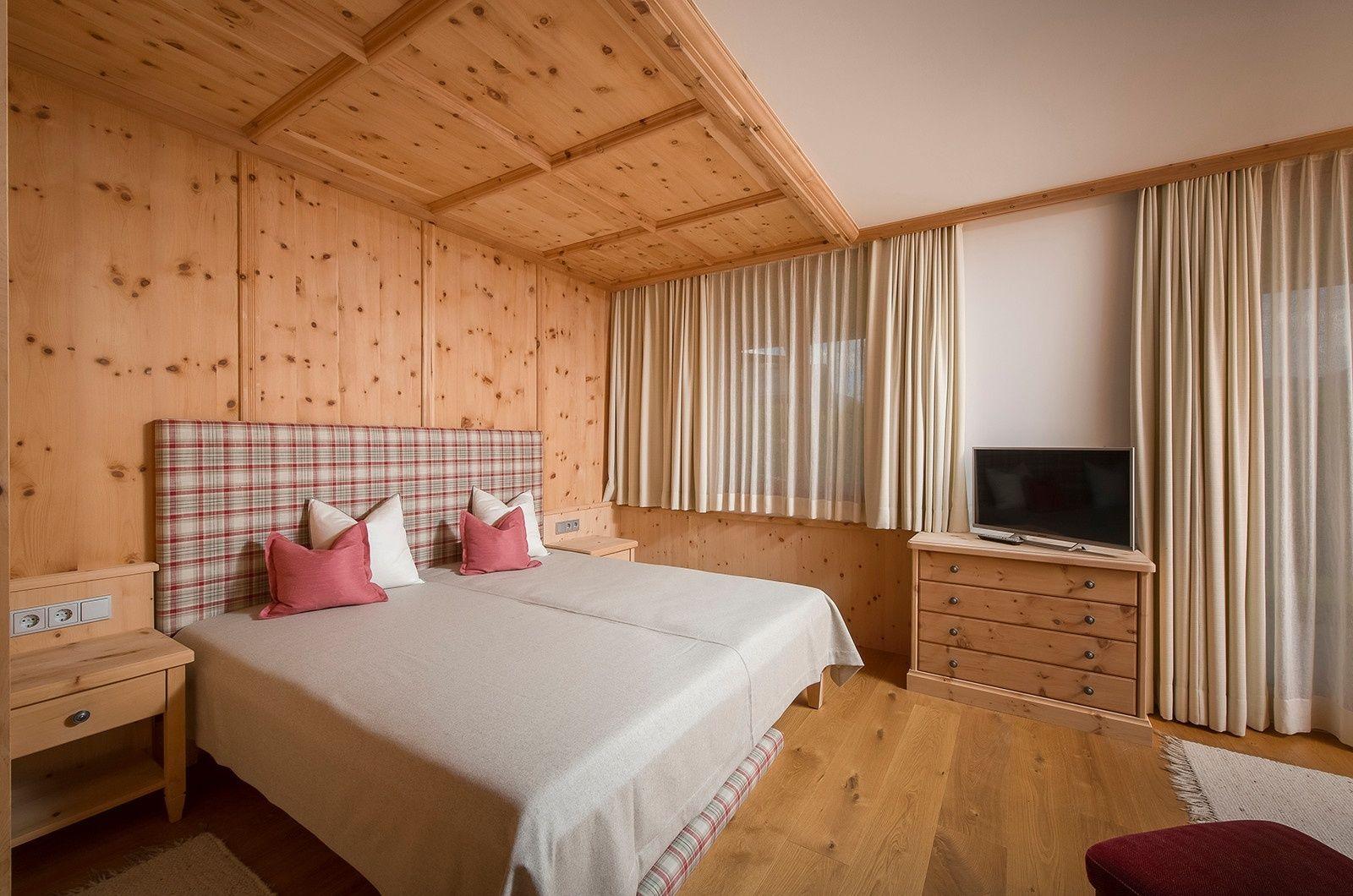 Uriges Schlafzimmer In Holz Optik Im Haus Von First Kitzbuhel In