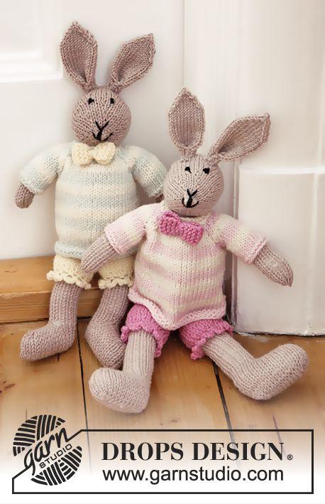 Coniglietto DROPS ai ferri, con pantaloncini, maglione e fiocco in